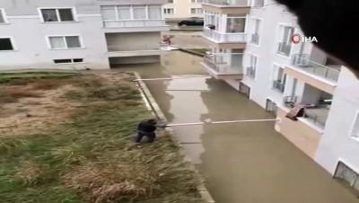 suriye -  Apartman girişini sel suları kapatınca, vatandaş ekmeğini balkondan oltayla aldı