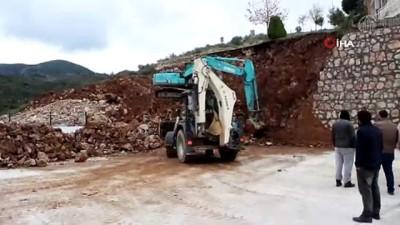 mel b -  Balıkesir'de yağmur sebebiyle okulun istinat duvarı çöktü