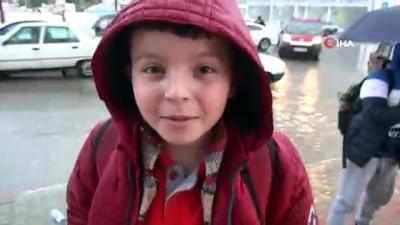 Öğrenciler okul çıkışı sağanak yağmura tutuldu