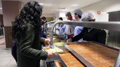 Öğrencilere yemekhanede konser sürprizi