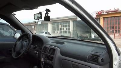 Önüne çıkan araçtan kaçarken refüjdeki direğe çarptı ...Kaza anı, saniye saniye araç kamerasına yansıdı