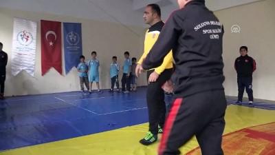Spor Müdürü güreş sevdasıyla gönüllü antrenörlük yapıyor - AMASYA
