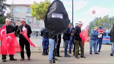 CHP'li belediyeye siyah çelenkli protesto