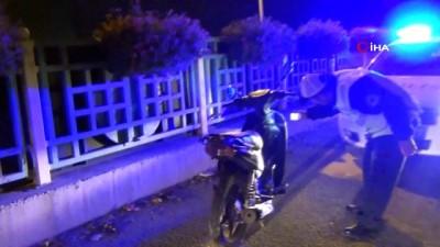 Otomobil kırmızı ışıkta motosiklete çarptı: 1 ölü, 2 yaralı