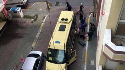 Pazara giderken yolcu minibüsü çarpan kadın ölümden döndü