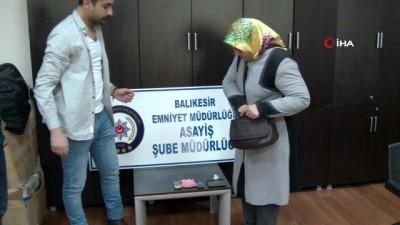 Ziynet eşyalarını polisten alan kadınlar gözyaşlarını tutamadı