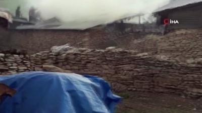 yangina mudahale -  Çıkan yangını itfaiye ve köylüler beraber söndürdüler