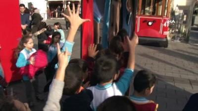 Taksim'de Bilim Şenliğinde dans eden robotlara büyük ilgi