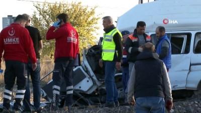 Tren ile minibüs çarpıştı: 2 ölü