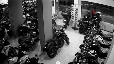 Hırsızlar alarma ve kameraya aldırış etmeden motosikletleri böyle çaldılar