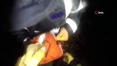 Kayalıklarda mahsur kalan 3 kişi helikopterle kurtarıldı