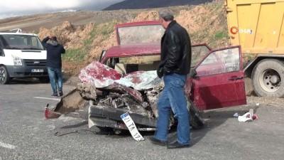 Mıcır yüklü kamyon ile otomobil kafa kafaya çarpıştı: 2'si ağır 4 yaralı