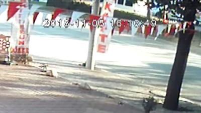 Bisikletiyle yolun karşısına geçmek isteyen kıza otomobil böyle çarptı