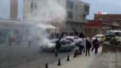 Kimi kovayla kimi yangın söndürme tüpüyle söndürmeye çalıştı... Dumanların yükseldiği LPG'li araç korkuttu
