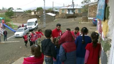 Köy çocuklarının yüzü Kızılay gönüllüleri ile güldü - ELAZIĞ
