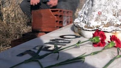 Depremde hayatını kaybeden, Gazeteci Cem Emir'i mezarı başında anıldı