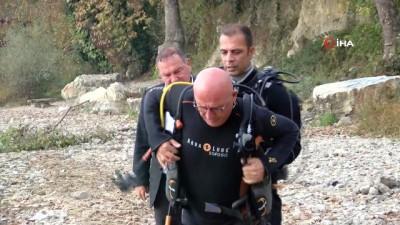 Eski bakan kirliliğe dikkat çekmek için Sapanca gölüne dalış yaptı