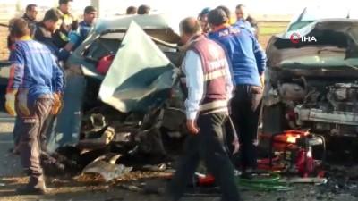 Otomobil ve hafif ticari araç çarpıştı: 2 ölü, 3 yaralı