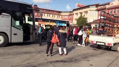 Sürücünün el frenini çekmeyi unuttuğu otobüs bariyerlere çarptı - EDİRNE