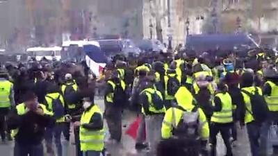 Polis, 'Sarı yeleklilere' göz yaşartıcı gaz ve tazyikli su ile müdahale ediyor - PARİS