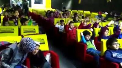 Sinemaya gidemeyen çocuklar ilk kez gezici sinemayla buluştu