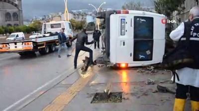 İzmir Aliağa'da işçi servisi devrildi:  4 yaralı