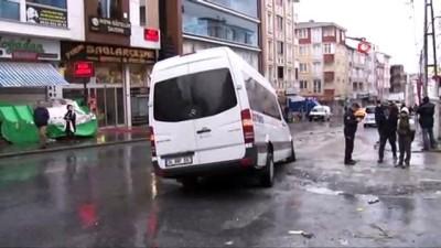 isci servisi -  Esenyurt'ta yol çöktü, işçi servisindeki 3 kişi yaralandı