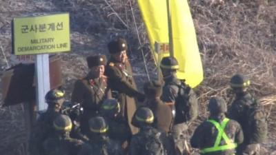 İki Kore arasındaki sınır muhafızları birbirlerinin toprağına ayak basıp el sıkıştı Haberi