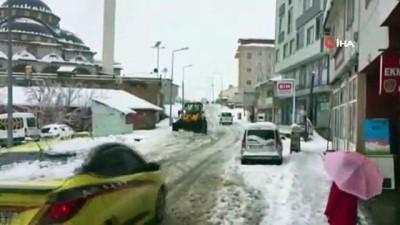 Karlıova'da kar temizleme çalışmaları başladı