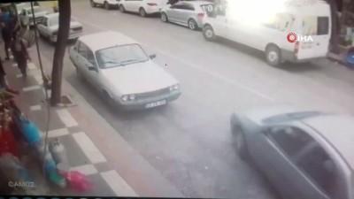 Motosikletlinin arabaya çarpma anı kamerada