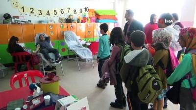 ogretmen -  Öğretmenler kan verdi, öğrencilere kan bağışının önemi anlatıldı