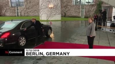 Theresa May Berlin'de Merkel ile yapacağı toplantı öncesi araçta kilitli kaldı Video