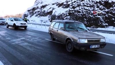 Araçlar buzda dans etti, sürücülerin imdadına diğer sürücüler yetişti