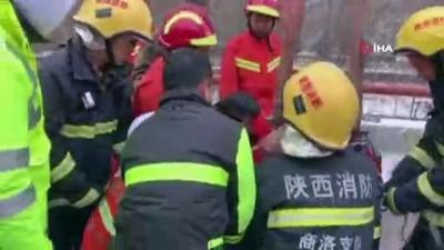 direksiyon -  - Çin'de Tır Köprüde Asılı Kaldı - Tır Şoförünün Nefes Kesen Kurtarılma Anı
