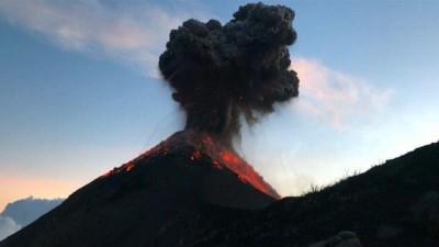 Fuego Yanardağı'na tırmanan dağcılar patlamayla burun buruna geldi