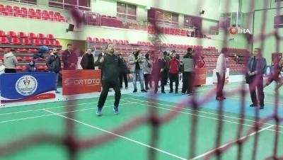 Hamza Yerlikaya, badmintoncularla antrenman yaptı