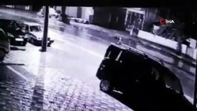 kamera -  İşçi servisinden inen kadına otomobil böyle çarptı