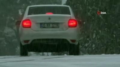 İzmirliler uzun yıllar sonra karla hasret giderdi