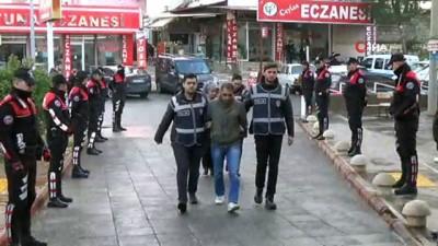 Yaşlı kadını dolandıran sahte polisler yakalandı