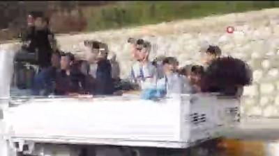 kamera - Öğrencilerin dondurucu havada kamyonet kasasında tehlikeli yolculuğu