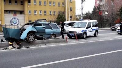 direksiyon -  Otomobil refüje çarptı: 1 ağır yaralı