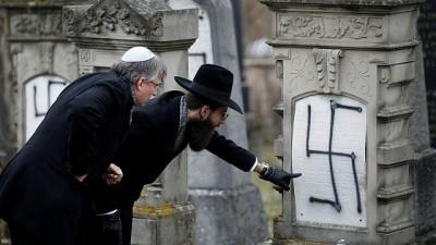 Video   Fransa'da Yahudi mezarlığına 'gamalı haçlı' saldırı