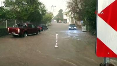 Bodrum'da beklenen yağış başladı, yollar göle döndü