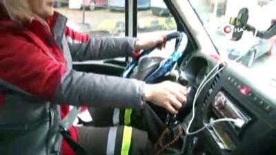Elinin hamuruyla araçları kurtarıyor...Kadın oto kurtarıcı operatörünü gören sürücüler şaşkınlığını gizleyemiyor