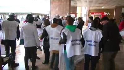 Kadın doktorun darp edilmesini protesto eden gruba bir doktor tepki gösterdi