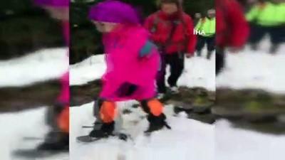 Başmüdürün geleneksel kar banyosu...Üzerindekileri çıkartan PTT Başmüdürü Şinasi Duman kendini karların üzerine bıraktı