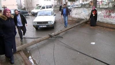 Çürüyen telefon direği sokağa devrildi Haberi