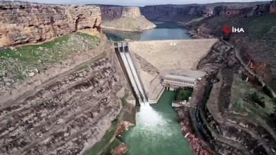 Dicle Barajı'na yeni kapak yerleştiriliyor...Baraj havadan görüntülendi