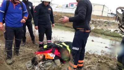 insan zinciri - Dere yatağındaki çamura saplanan üniversite öğrencisi kurtarıldı - AFYONKARAHİSAR