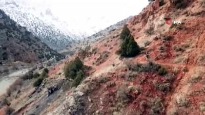 Çatak'ta araziye gömülü plastik patlayıcı ele geçirildi